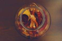 Poivrons de piments secs dans un pot images libres de droits