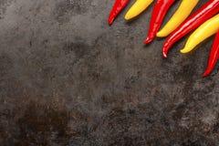 Poivrons de piments sur le fond rouillé en métal Images stock