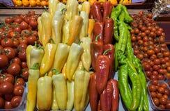 Poivrons et paprikas à vendre au grand marché Hall image libre de droits