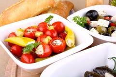 Poivrons et s/poivron de cerise bourrés avec l'olive à l'arrière-plan Photos stock
