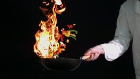 Poivrons flambeing de chef dans le wok banque de vidéos