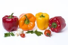 Poivrons jaunes et oranges rouges sur un fond blanc Légumes multicolores dans une composition sur un fond blanc Images libres de droits