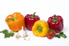 Poivrons jaunes et oranges rouges sur un fond blanc Légumes multicolores dans une composition sur un fond blanc Image stock