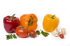 Poivrons jaunes et oranges rouges sur un fond blanc Légumes multicolores dans une composition sur un fond blanc Photo stock