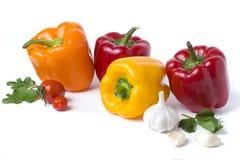 Poivrons jaunes et oranges rouges sur un fond blanc Légumes multicolores dans une composition sur un fond blanc Images stock
