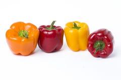 Poivrons jaunes et oranges rouges sur un fond blanc Légumes multicolores dans une composition sur un fond blanc Photo libre de droits