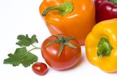 Poivrons jaunes et oranges rouges sur un fond blanc Légumes multicolores dans une composition lundi un fond blanc Photographie stock libre de droits
