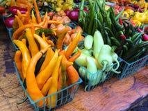 Poivrons multicolores au marché d'agriculteurs Image libre de droits