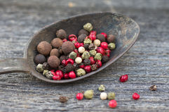 Poivrons multicolores dans la vieille cuillère sur une table en bois, f sélectif Photos libres de droits