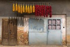 Poivrons rouges accrochants au-dessus des portes Photographie stock libre de droits