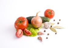 Poivrons rouges et poivrons jaunes avec des tomates sur un backgrou blanc Photos stock