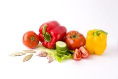 Poivrons rouges et poivrons jaunes avec des tomates sur un backgrou blanc Image stock