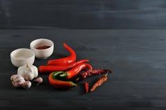 Poivrons rouges frais et des cosses sèches des poivrons de piment, ail, SA Photos libres de droits
