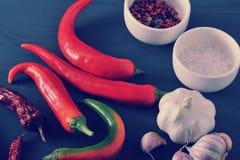 Poivrons rouges frais et des cosses sèches des poivrons de piment, ail, SA Images stock
