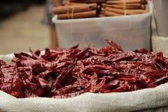 Poivrons rouges secs dans le panier blanc images stock