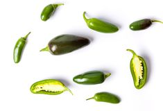 Poivrons verts de jalapenos sur le fond blanc Photographie stock
