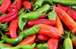 Poivrons verts et rouges, fond Photographie stock libre de droits