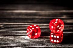 Pojęcia szczęście - kostka do gry uprawia hazard na ciemnym drewnianym tle zdjęcia royalty free