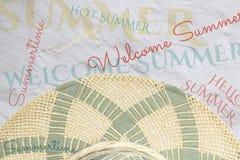 pojęcia tła ramy piasek seashells lato Słomiany kapelusz na białym zwapnionym tle i różnorodnych lato inskrypcjach zdjęcie royalty free