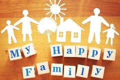 Pojęcie Duża Szczęśliwa rodzina Papierowi rozcięcia i drewniani sześciany zdjęcie stock