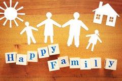 Pojęcie Duża Szczęśliwa rodzina Papierowi rozcięcia z drewnianymi sześcianami obrazy royalty free