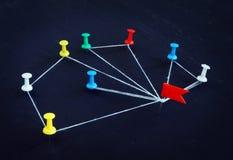Pojęcie komunikacja i delegacja Szpilki łączyć nicią zdjęcie royalty free