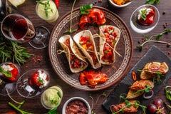 Pojęcie Meksykańska kuchnia Meksykański jedzenie i przekąski na drewnianym stole Taco, sorbet, winnik, szkło i butelka czerwone w obraz stock
