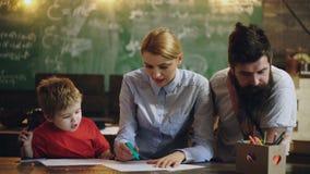 pojęcie rodzina Rodziny są rysunkowymi aktywność w klasie Rodzina robi szczęśliwym aktywność Rodzice uczą rysować zdjęcie wideo