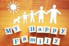 Pojęcie szczęśliwa rodzina Papierowi rozcięcia i drewniani sześciany fotografia stock