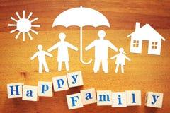Pojęcie Szczęśliwa rodzina pod ochroną Papierowi rozcięcia i drewniani sześciany zdjęcia royalty free