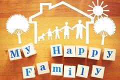 Pojęcie Szczęśliwa rodzina w domu Papierowi rozcięcia i drewniani sześciany obrazy royalty free