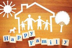 Pojęcie Szczęśliwa rodzina w domu Papierowi rozcięcia i drewniani sześciany fotografia stock