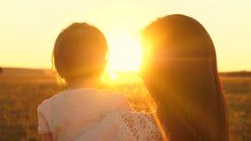 Pojęcie szczęśliwy dzieciństwo rodzina, matka bawić się z jej małą córką w parku matka z małym dziecka spojrzeniem przy zbiory