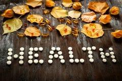Pojęć zdrowie - traktowanie z herbaty i medecine odgórnym widokiem Fotografia Royalty Free