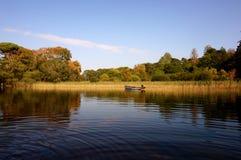 pojęcia łodzią rana lake mglista natury Zdjęcia Royalty Free