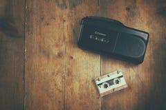 pojęcia dochodzenia magnifier mężczyzna kolejka taśma pisak i cassete obrazy stock