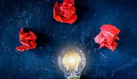 Pojęcia enlightenment rozwiązanie na ciemnego tła odgórnym widoku obraz royalty free