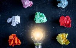 Pojęcia enlightenment rozwiązanie na ciemnego tła odgórnym widoku zdjęcia stock