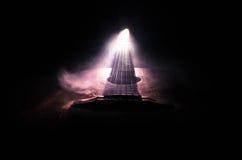 pojęcia gitary elektrycznej ilustraci muzyka Gitara akustyczna na ciemnym tle pod promieniem światło z dymem z kopii przestrzenią Obraz Stock