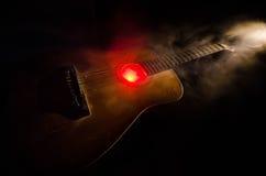 pojęcia gitary elektrycznej ilustraci muzyka Gitara akustyczna na ciemnym tle pod promieniem światło z dymem z kopii przestrzenią Zdjęcie Royalty Free