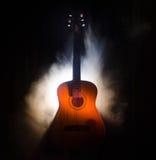 pojęcia gitary elektrycznej ilustraci muzyka Gitara akustyczna na ciemnym tle pod promieniem światło z dymem z kopii przestrzenią Zdjęcia Royalty Free