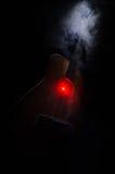 pojęcia gitary elektrycznej ilustraci muzyka Gitara akustyczna na ciemnym tle pod promieniem światło z dymem z kopii przestrzenią Zdjęcia Stock