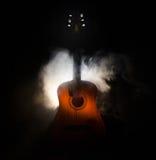 pojęcia gitary elektrycznej ilustraci muzyka Gitara akustyczna na ciemnym tle pod promieniem światło z dymem z kopii przestrzenią Fotografia Stock
