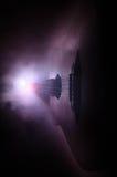 pojęcia gitary elektrycznej ilustraci muzyka Gitara akustyczna odizolowywająca na ciemnym tle pod promieniem światło z dymem z ko Obraz Royalty Free