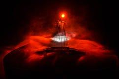 pojęcia gitary elektrycznej ilustraci muzyka Gitara akustyczna odizolowywająca na ciemnym tle pod promieniem światło z dymem z ko Obrazy Royalty Free