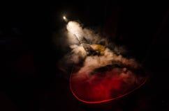 pojęcia gitary elektrycznej ilustraci muzyka Gitara akustyczna odizolowywająca na ciemnym tle pod promieniem światło z dymem z ko Zdjęcie Stock
