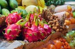 Pojęcia jedzenia azjatykci rynek Smok owocowy Pitahaya na odpierającym ulicznym noc sprzedawcy owoc egzotyczne owoce Zdjęcie Royalty Free
