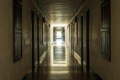 pojęcia korytarza ciemny końcówka światła tunel Zdjęcia Royalty Free