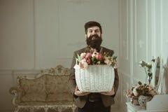 pojęcia krów śródpolny świeżości fridge śródpolny Szczęśliwy mężczyzna chwyta kosz z świeżymi kwiatami, świeżość świeżość kwiaty  obrazy royalty free