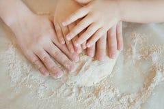 Pojęcia narządzania jedzenie z dzieckiem w kuchni, domowy czas wolny zdjęcie royalty free